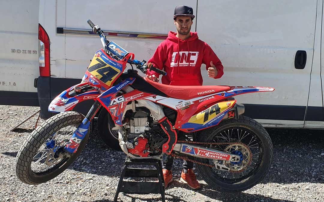 El alcañizano Adrián Garín junto con la Honda con la que competirá en el mundial