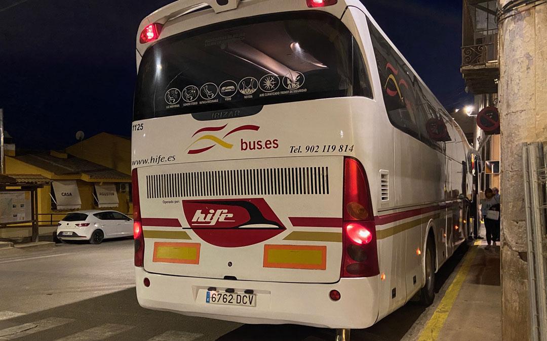 Uno de los autobuses el miércoles en Albalate, localidad a la que también acuden usuarios de poblaciones vecinas. / Alicia Martín