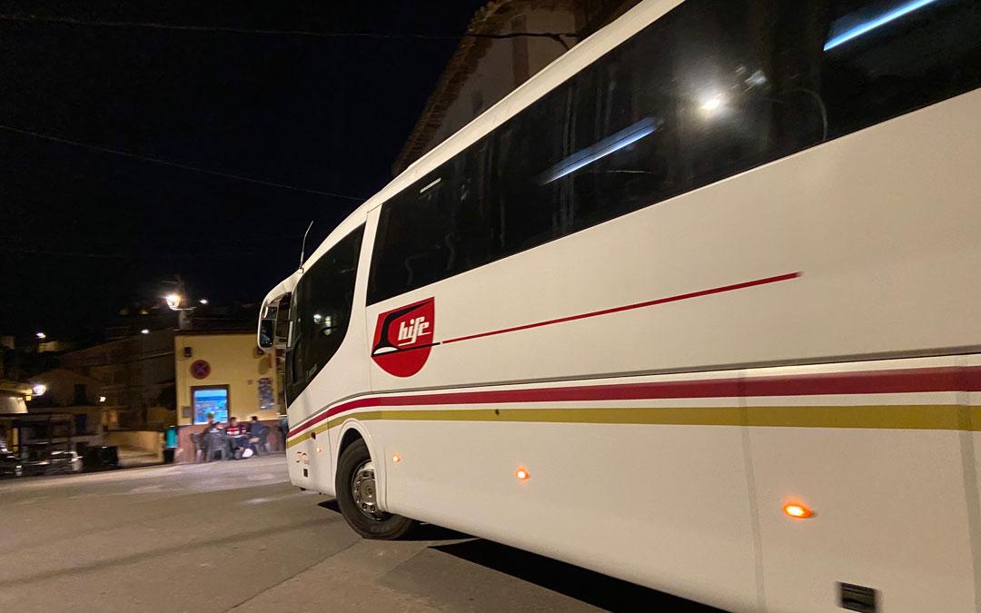 Uno de los buses en su llegada a Albalate en un día laborable. / A. Martín