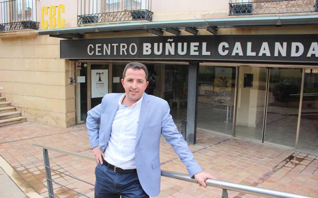 El alcalde de Calanda, Alberto Herrero, en el CBC, uno de los emblemas de la localidad que ahora se va a reformar / L. Castel
