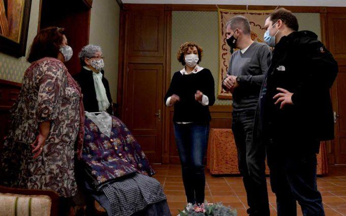 Dos vecinas confeccionan nueva vestimenta y realizan arreglos para los cabezudos de Alcañiz