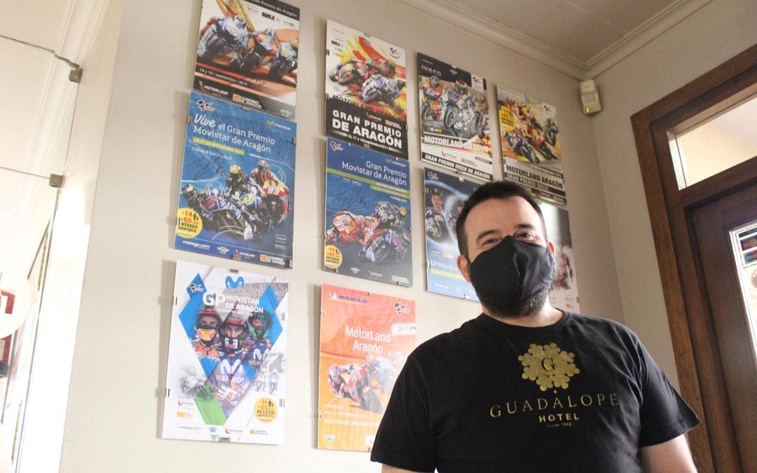 Juanma Crespo, en el rincón del Hotel Guadalope presidido por todos los carteles de MotoGP disputados en Alcañiz. / B. Severino