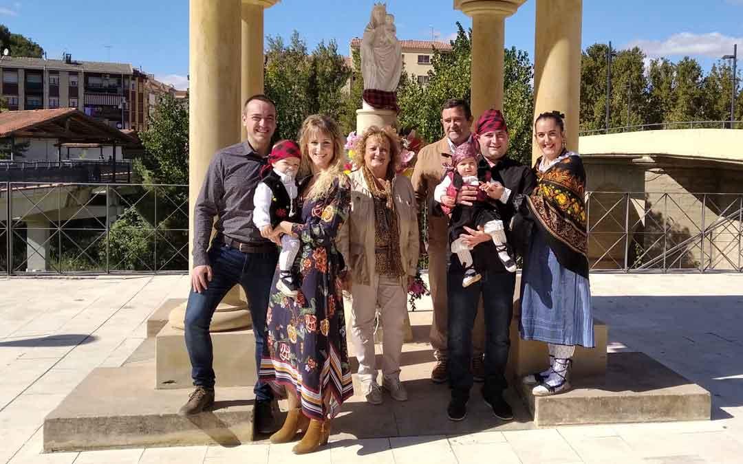 Una familia durante la ofrenda a la Virgen del Pilar en Alcañiz el pasado año 2020./ L.C.