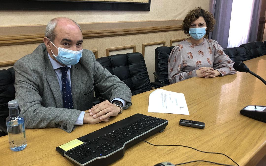 El concejal de Hacienda, Javier Baigorri; y la edil de Promoción Económica, Irene Quintana, este jueves, en rueda de prensa / L. Castel
