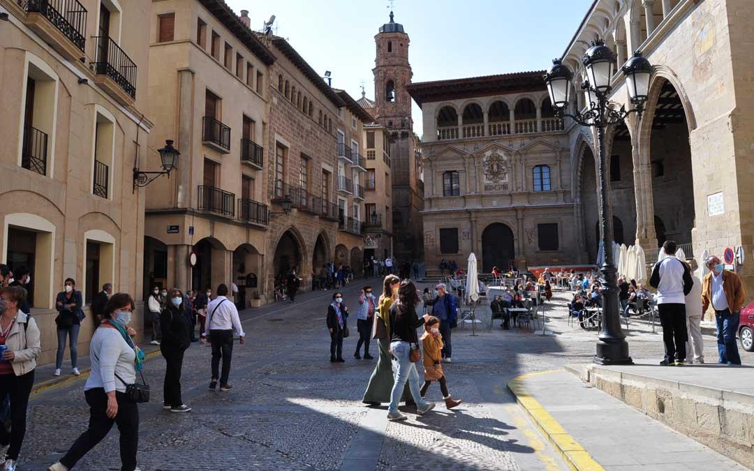 Turistas en la capital bajoaragonesa./ L.C.
