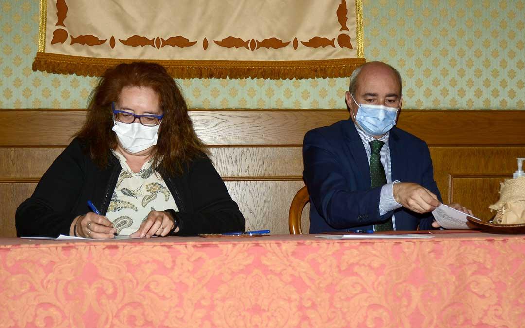 El teniente alcalde, Javier Baigorri; y Carmen Pilar Bosque, presidenta de AFEDABA-Los Calatravos / Ayto. de Alcañiz