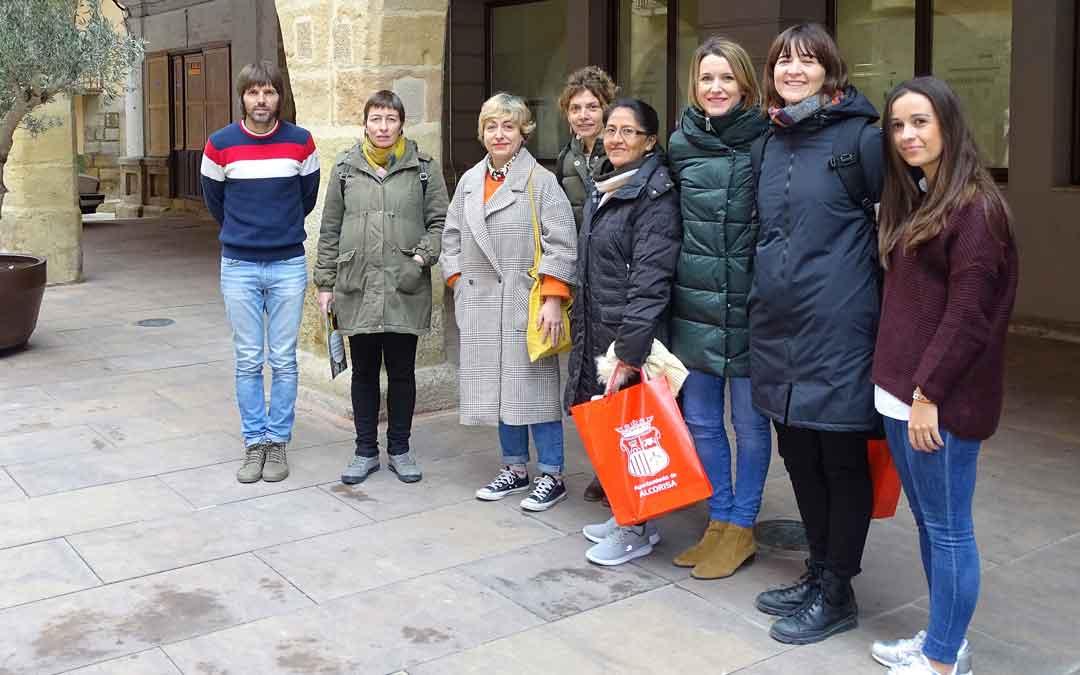 El grupo de trabajo junto a una productora de café de Perú que visitó la localidad antes de la pandemia.