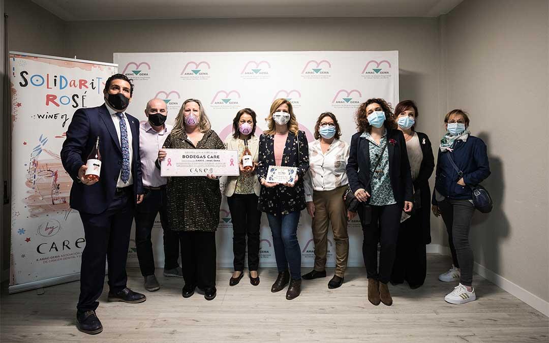 AMAC-GEMA recibe el dinero recaudado con el proyecto Care Solidarity Rosé./ Oliver Duch