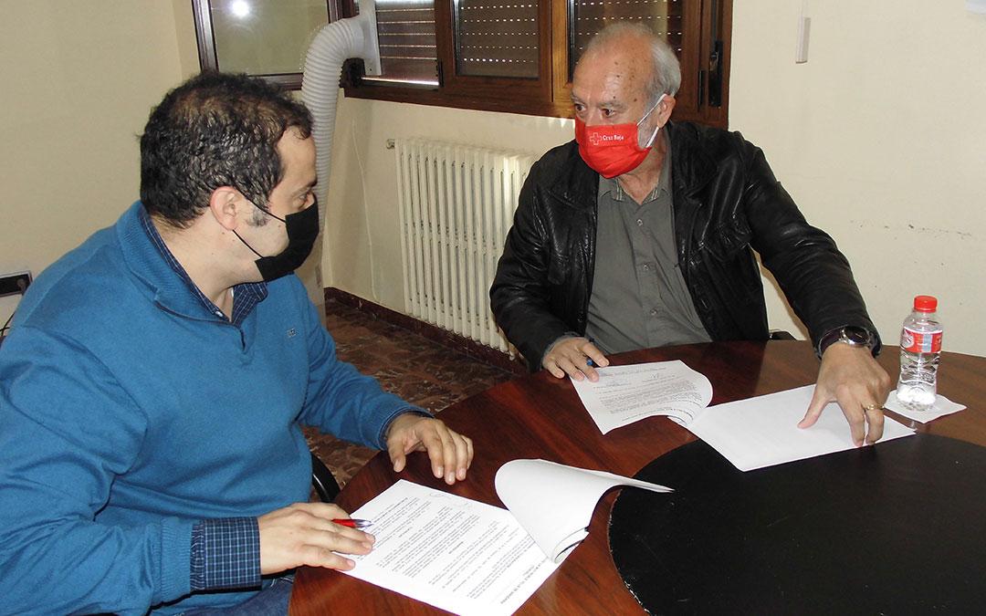 Ayuntamiento y Cruz Roja firmando el convenio