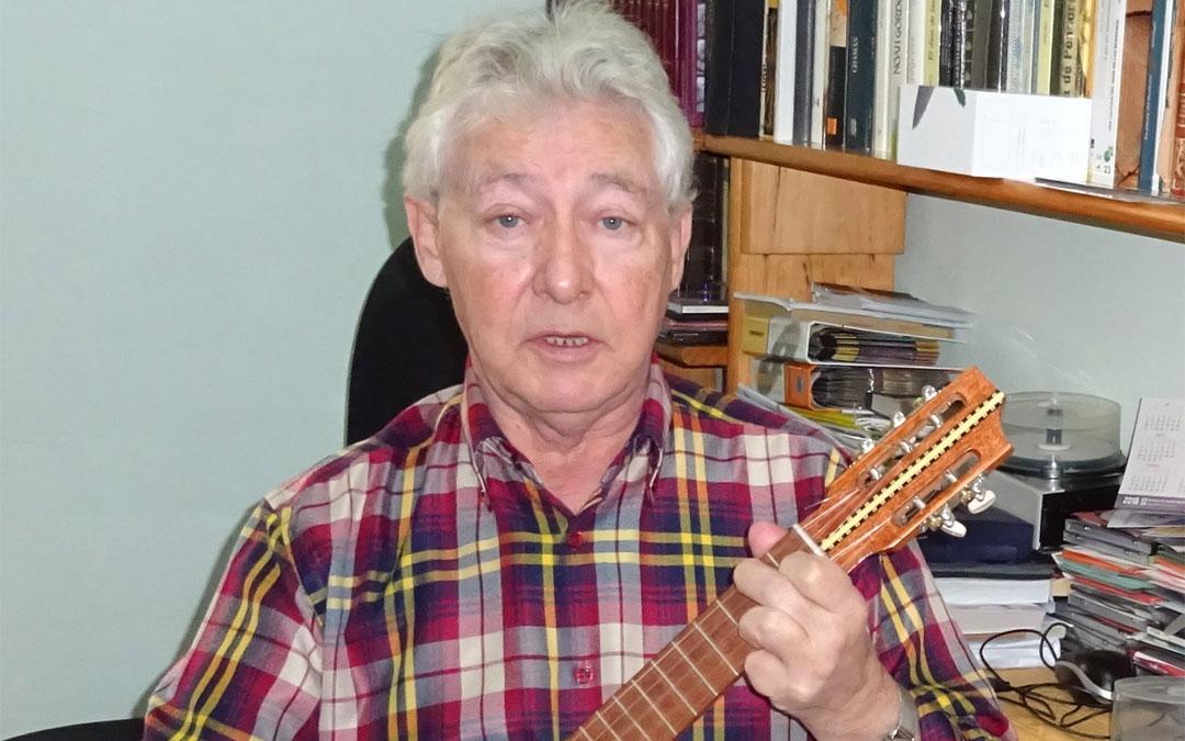 Villalba, con un timple canario con el que musica algunas de sus composiciones. / Archivo personal