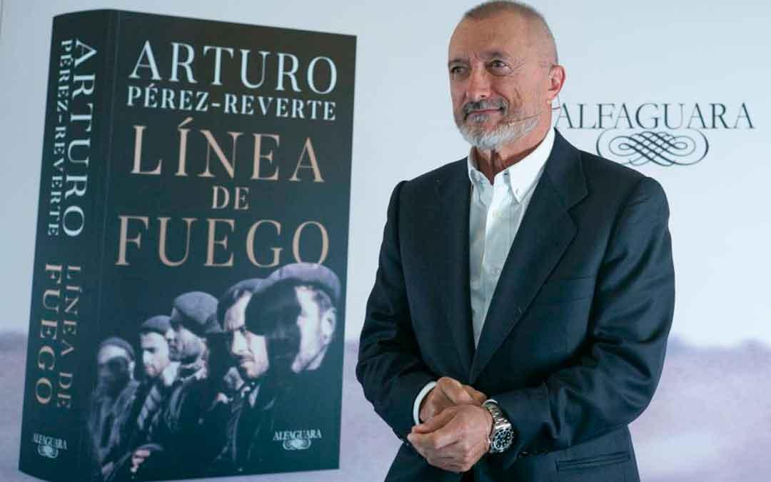 Arturo Pérez Reverte con la portada de su nueva novela, 'Línea de Fuego'. Imagen: Cadena Ser