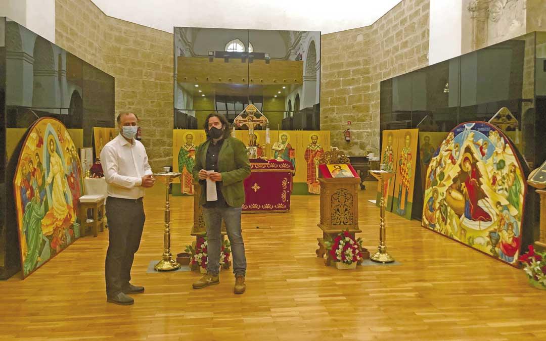 El cura ortodoxo, Marius Pirvulescu; y el concejal de Cultura y Turismo, Jorge Abril este jueves, en Atrivm. L. Castel