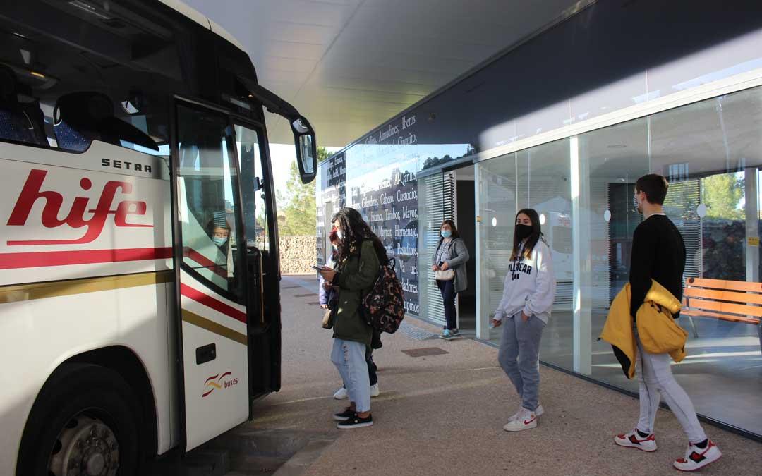 Viajeros subiéndose al autobús que sale de Alcañiz a Zaragoza