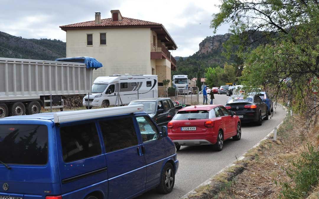 Cientos de conductores hicieron fila en el acceso a Beceite, municipio en el que el consistorio desplegó un dispositivo.