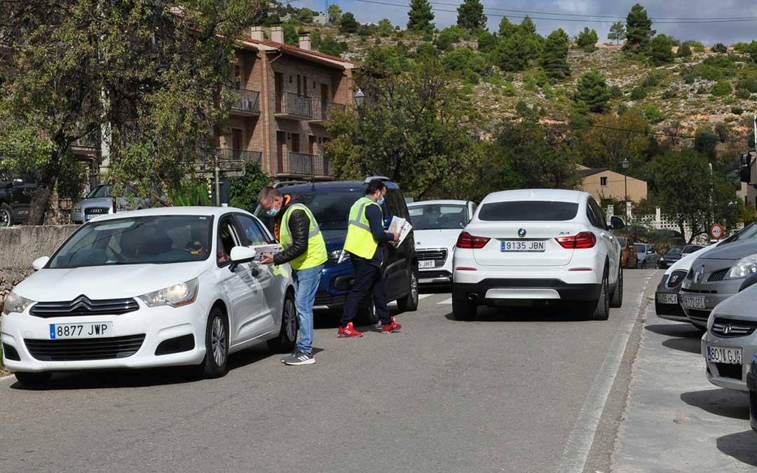 Operarios del Ayuntamiento de Beceite han informado a los conductores de las distintas alternativas para estacionar sus vehículos.