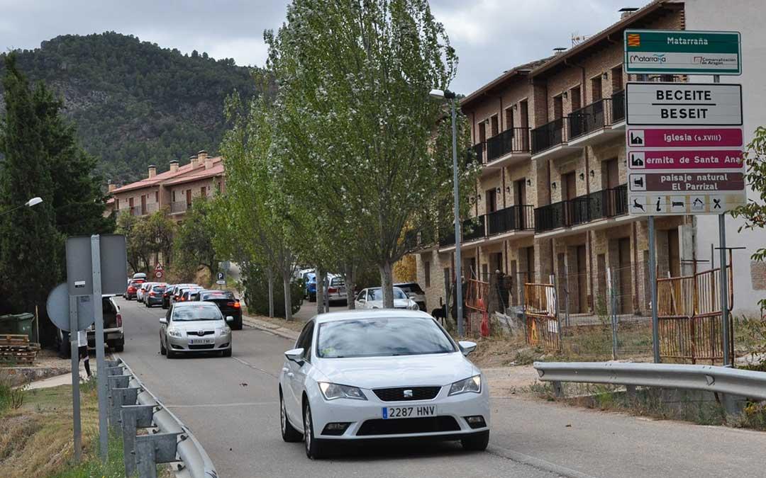 Las filas y el intenso tráfico ha colapsado, en algunos momentos, los accesos a localidades turísticas como Beceite.