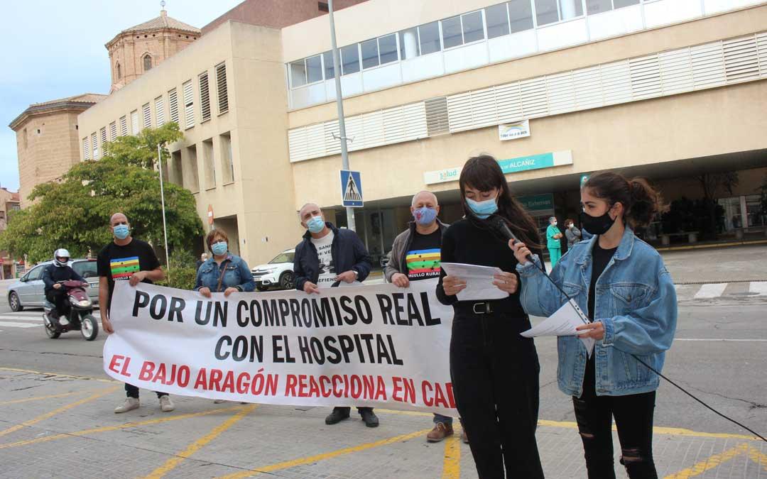 Candela Saz y Noa Nuez han leído el manifiesto a las puertas del actual Hospital de Alcañiz / L. Castel