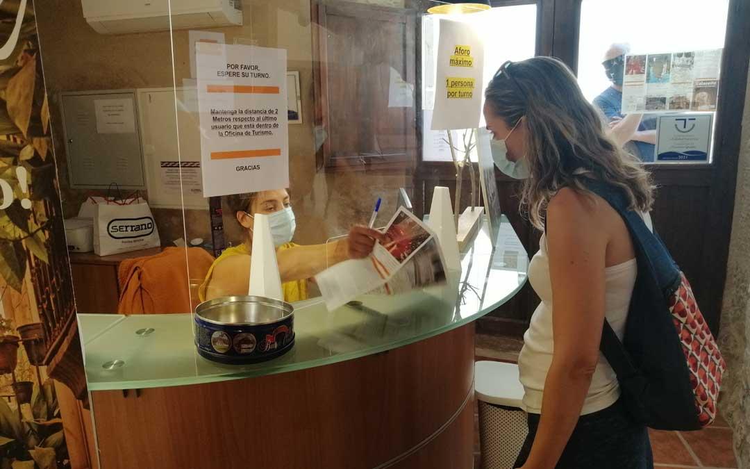 Oficinas de turismo como la de Calaceite registran multitud de consultas.