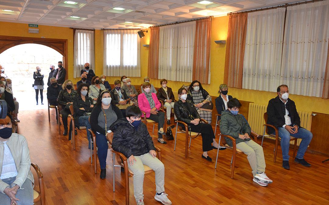 El público, guardando la distancia y con mascarillas, en el salón de plenos./ M.Q.