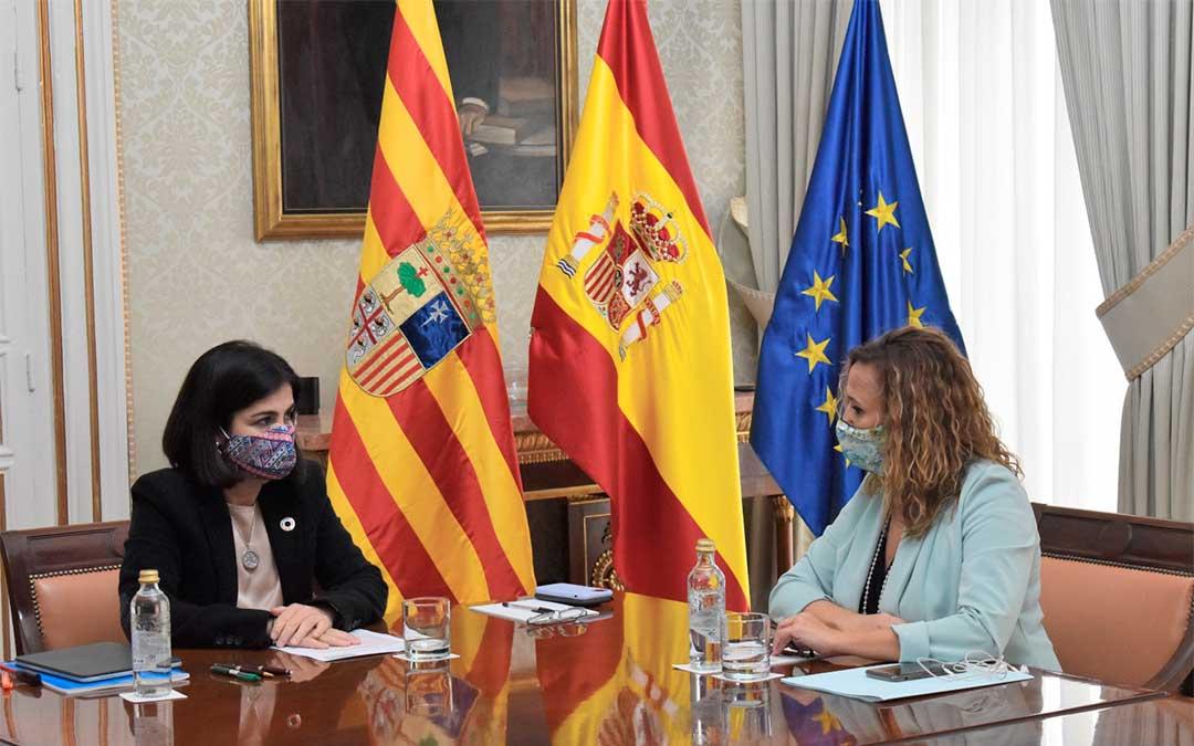 Mayte Pérez se reúne con la ministra de Política Territorial, Carolina Darias./ DGA