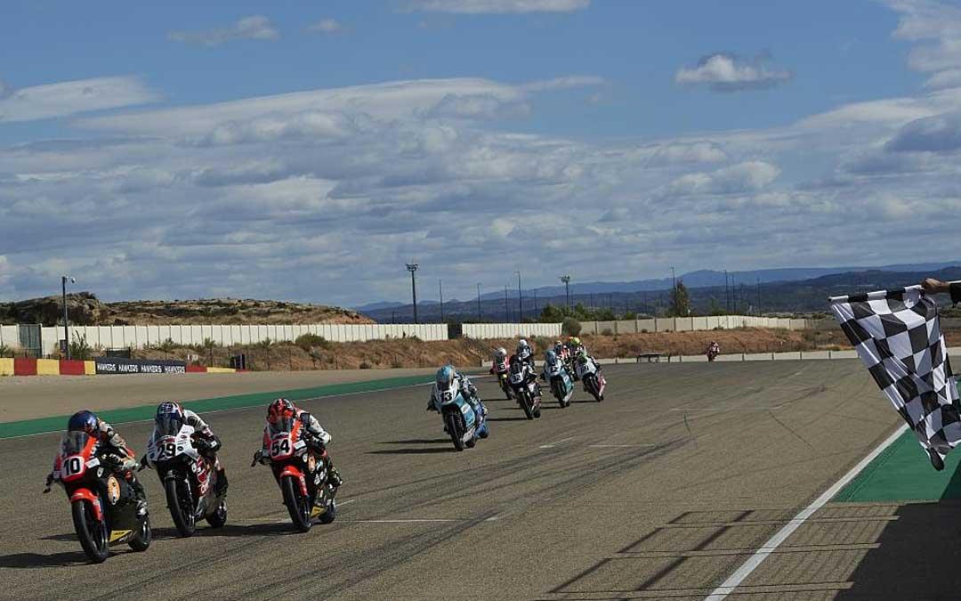 Apretada llegada de una de las carreras disputadas durante la jornada del sábado