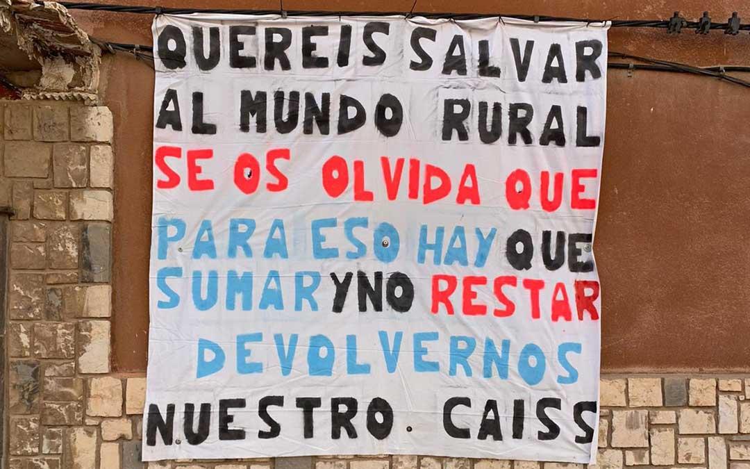 Cartel colgado este miércoles en Montalbán, al conocer que la oficina reabrirá solo un día a la semana./A.Jiménez