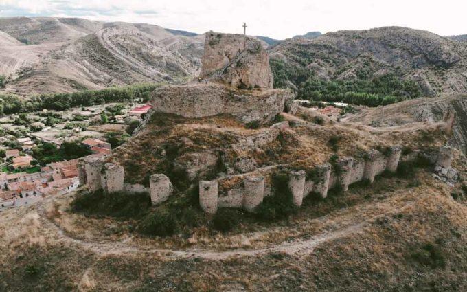 Primer paso para la rehabilitación del castillo de Aliaga tras haber localizado a sus herederos