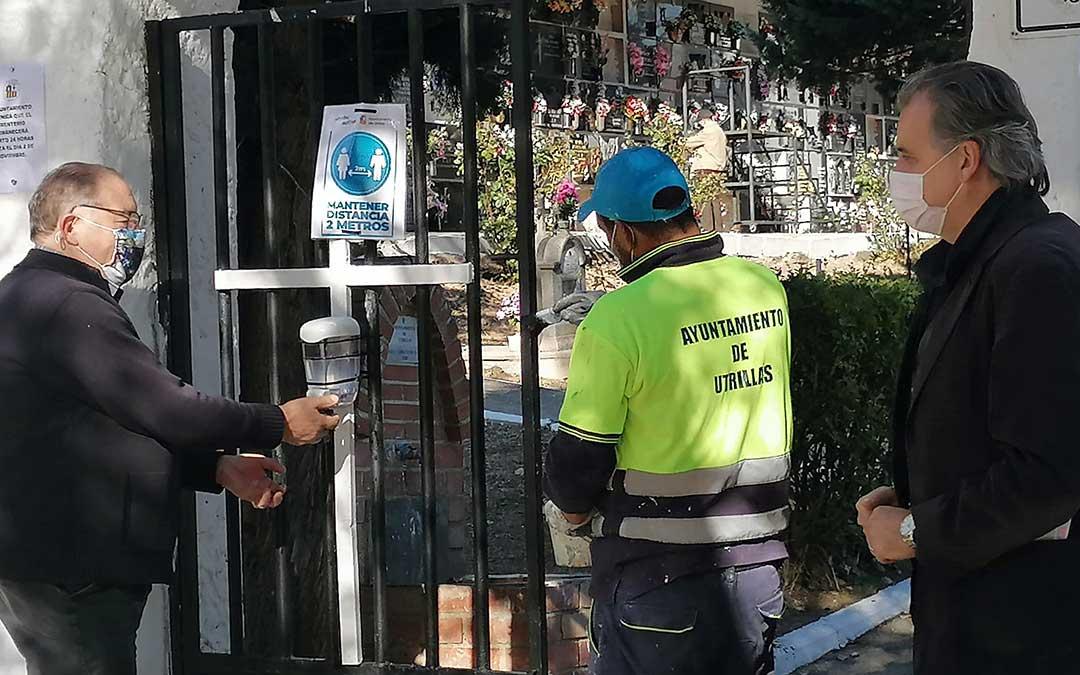 Un operario del Ayuntamiento de Utrillas durante los trabajos de adecuación del cementerio municipal. A su derecha el alcalde, Joaquín Moreno./ Ayto. Utrillas