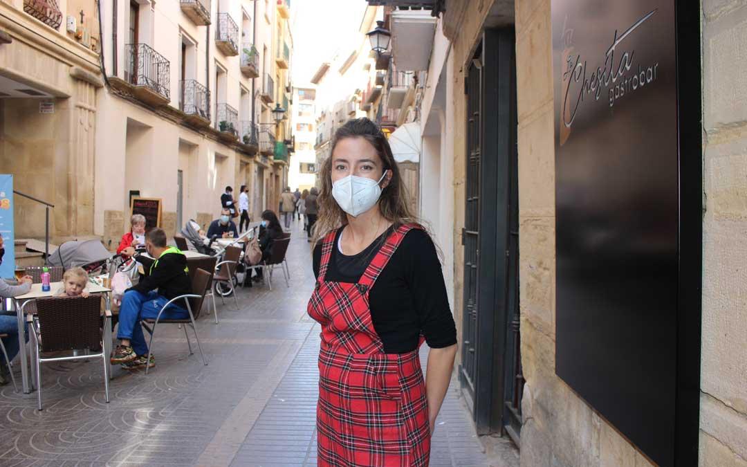 Elena Marín, gerente del restaurante La Chesita, que seguirá abierto con la terraza al 50% y comida para llevar