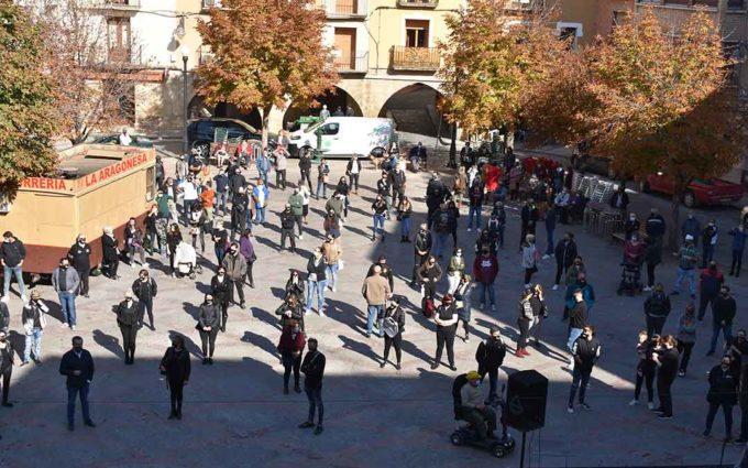 300 personas se concentran en Caspe en defensa de la hostelería
