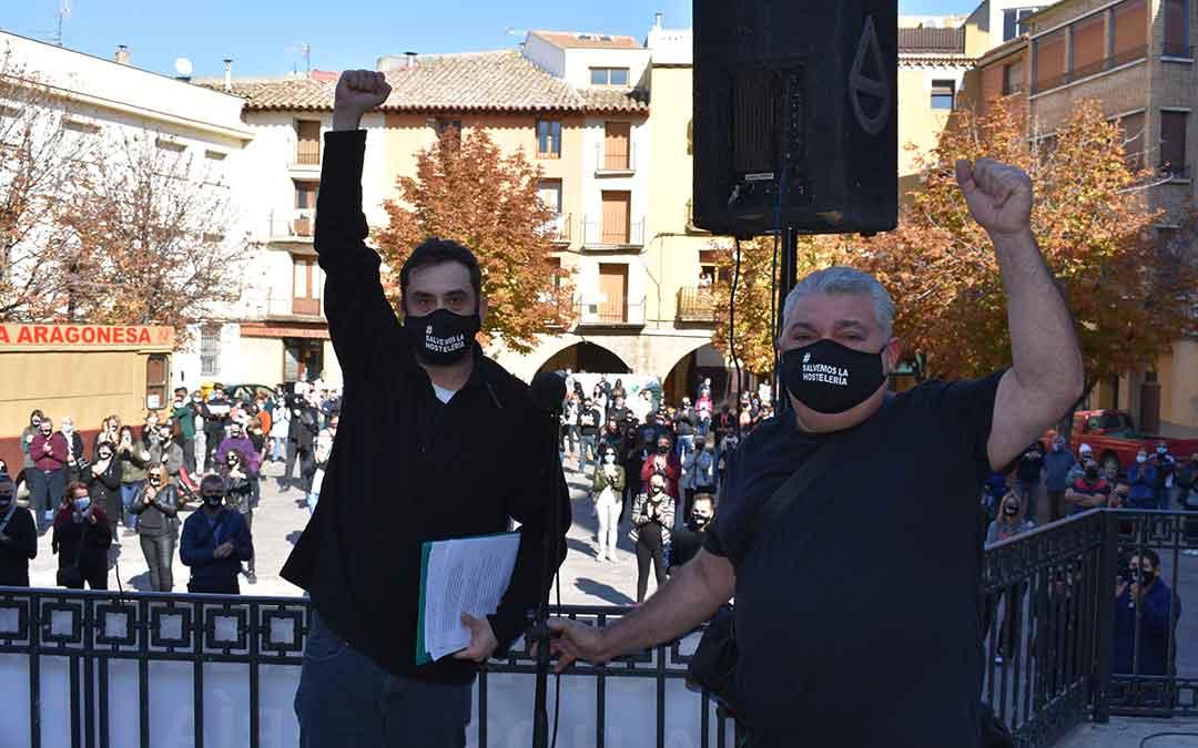 Los encargados de leer el manifiesto fueron los propietarios del negocio La Cabaña, de Caspe.