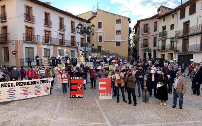 300 personas se concentran en Montalbán para reivindicar la reapertura de la oficina de la Seguridad Social