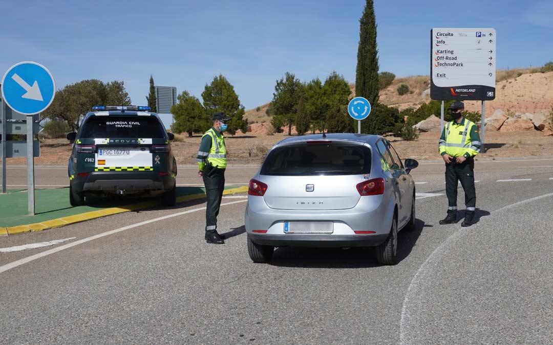Control de la Guardia Civil en uno de los puntos de acceso a Motorland durante este sábado./J. Peñalber