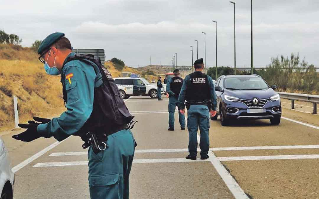 Agentes de la Guardia Civil en uno de los accesos a Zaragoza. / HERALDO DE ARAGÓN