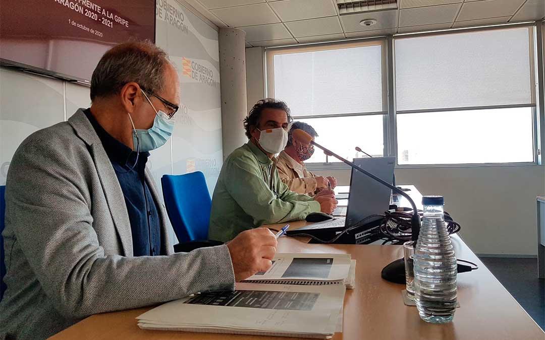 El jefe de servicio de Promoción de la Salud, Luis Gascón, el director general de Salud Pública, Francisco Javier Falo, y el gerente del SALUD, Javier Marión, en la presentación de la campaña./ DGA