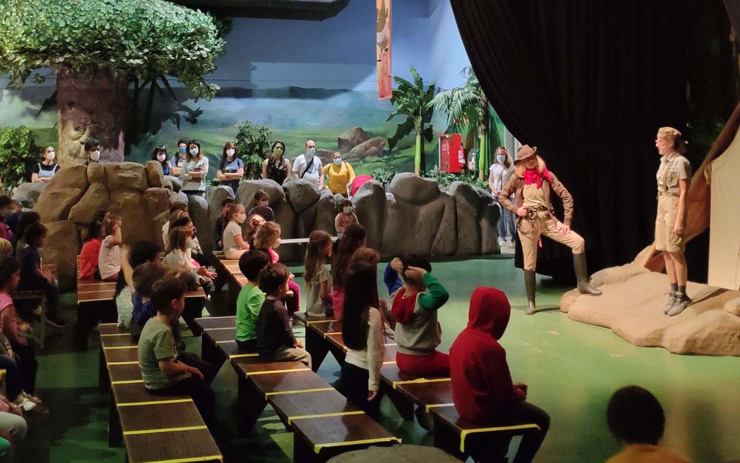Espectáculo 'El Club de los Paleontólogos' en Dinópolis Teruel. / Dinópolis
