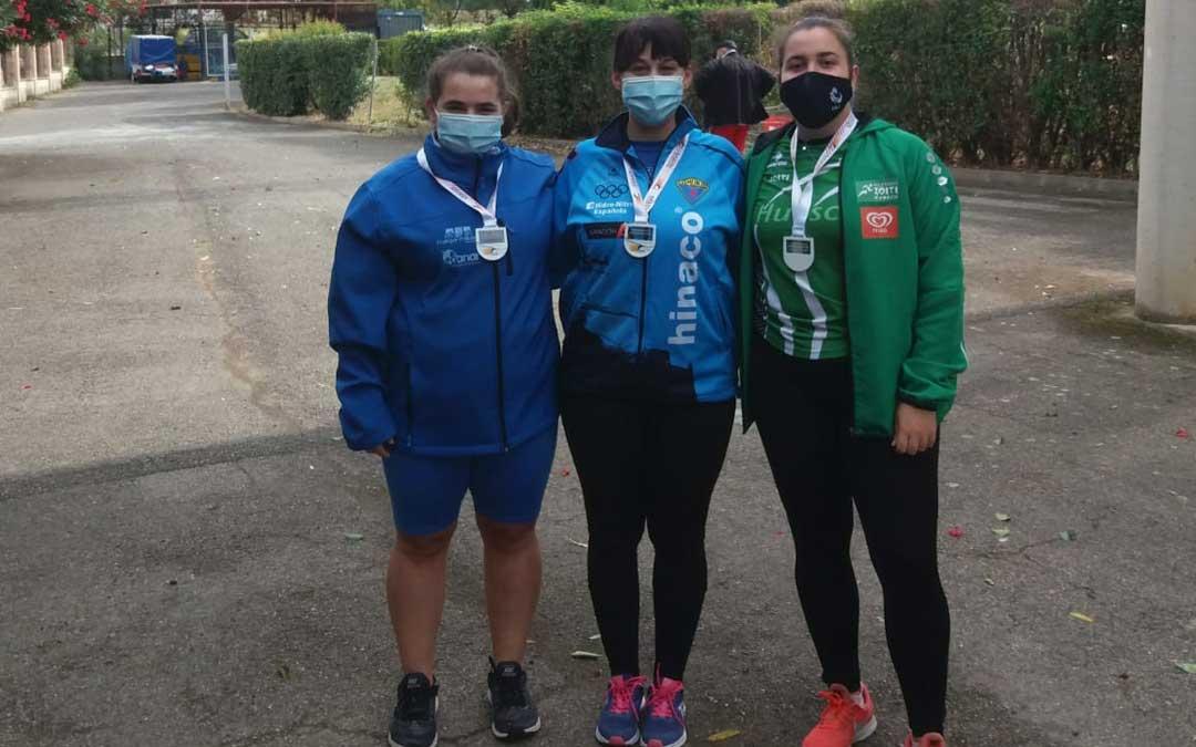Elena Sanz, a la izquierda de la imagen, junto con las otras dos medallistas