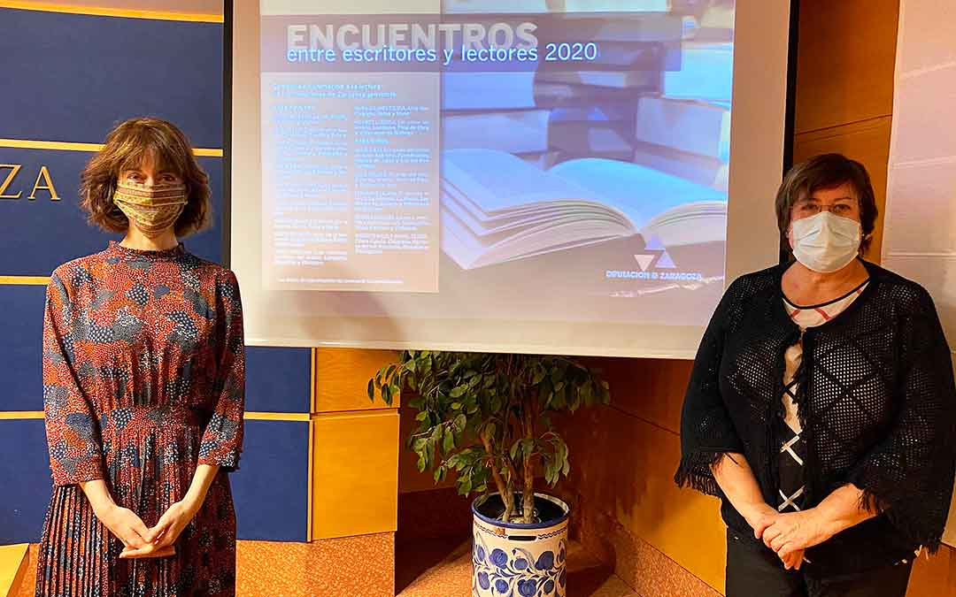 La escritora Irene Vallejo junto a la la diputada delegada de Archivos y Bibliotecas, Mercedes Trébol, durante la presentación del ciclo.