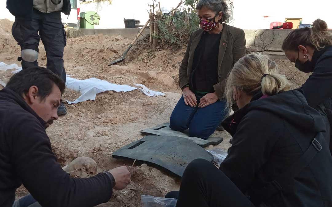 May Borraz junto con los miembros de la asociación trabajando en la exhumación / @ARMH_Memoria