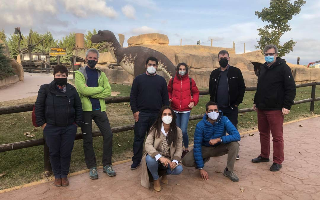El diputado de Turismo Diego Piñeiro y la gerente de Dinópolis Higinia Navarro junto al grupo de receptores aragoneses./DPT