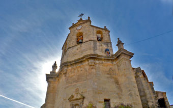 Colgado a 15 metros de altura para limpiar la iglesia de Fuentespalda