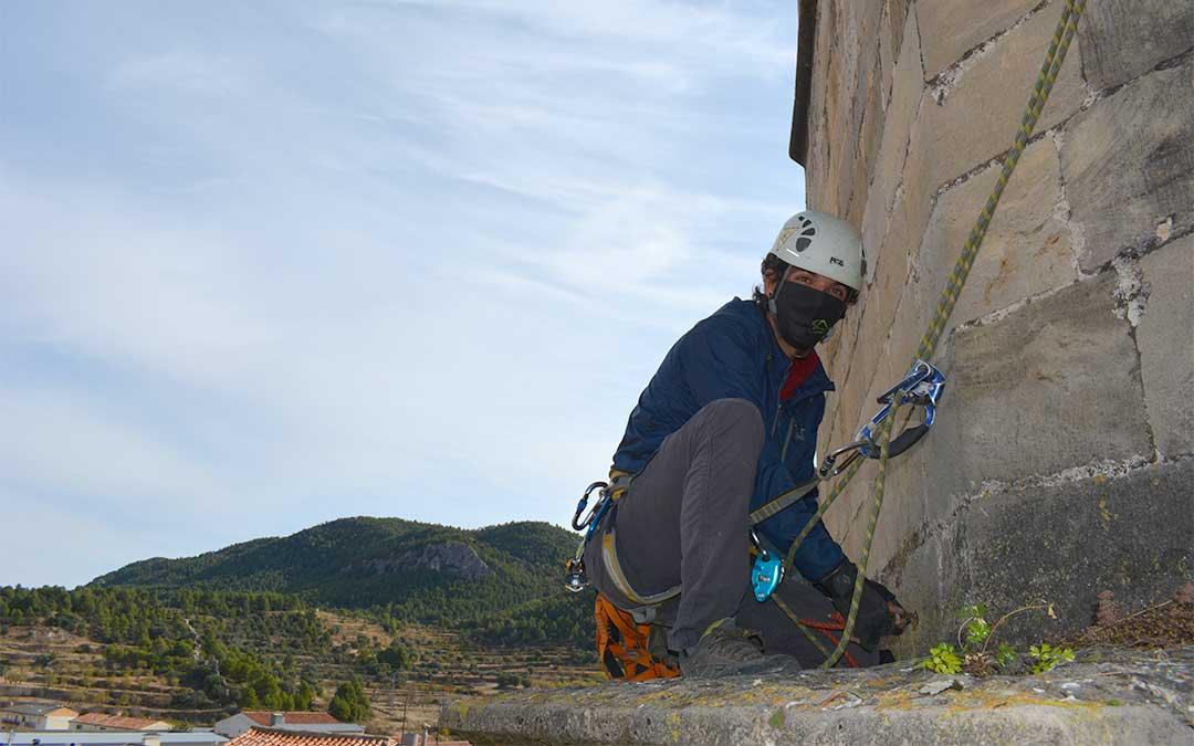 Para trabajar de forma segura, Aitor ha usado material de escalada./ María Celiméndiz