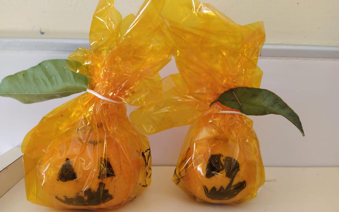 Las mandarinas han servido como calabazas este Halloween./Emilio Díaz