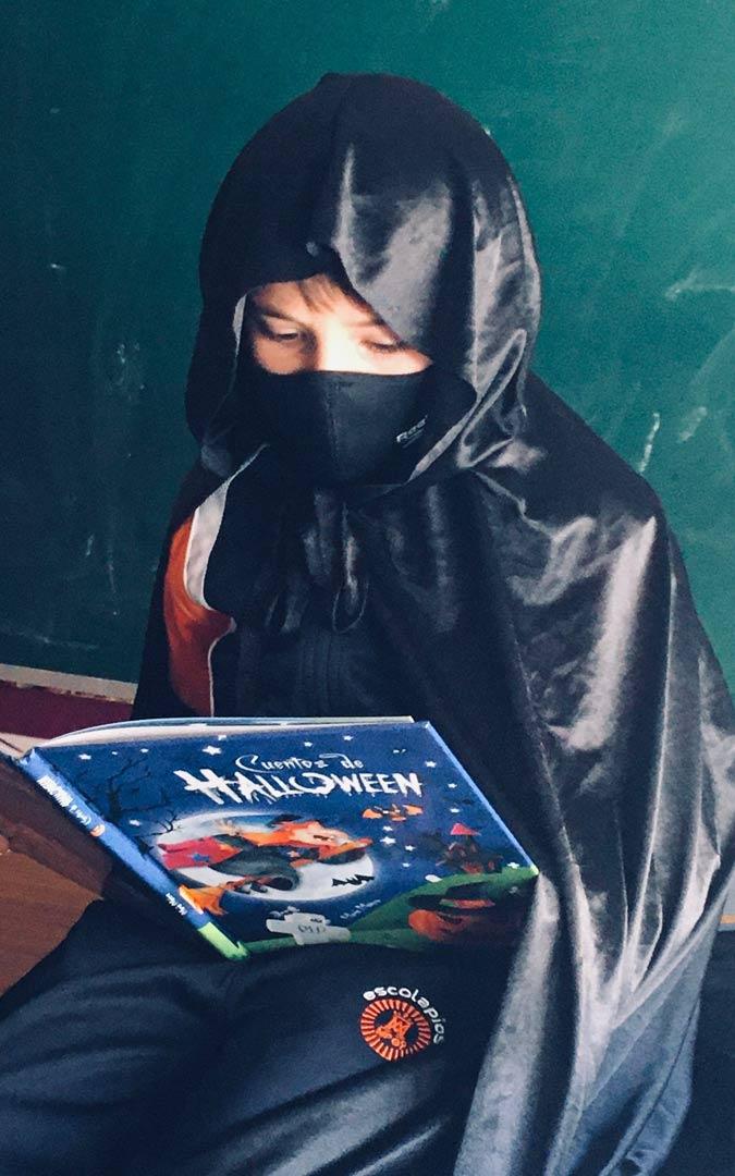 Los escolapios de Alcañiz leyendo cuentos de Halloween./Colegio San Valero