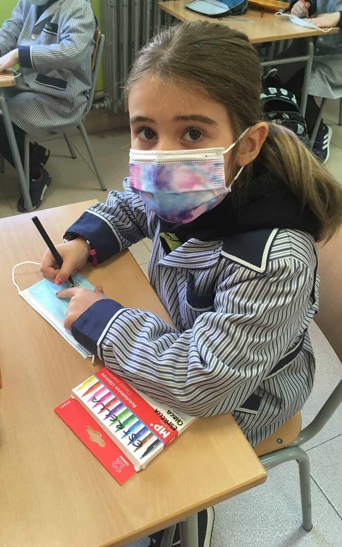 Una alumna decora su mascarilla con motivos de Halloween./Colegio San Valero