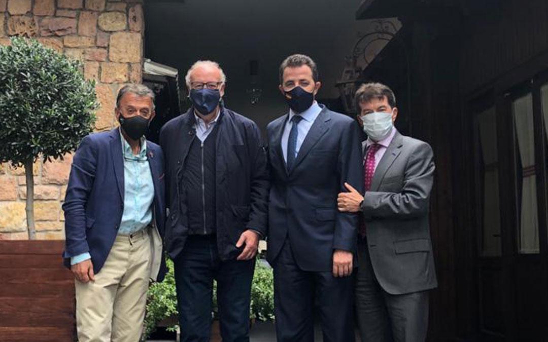 El Embajador del Melocotón de Calanda, Vicente del Bosque, y el alcalde de Calanda, Vicente del Bosque, este miércoles en Madrid