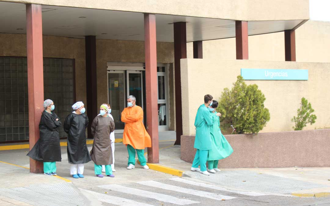 Trabajadores sanitarios a las puertas del Hospital de Alcañiz / L. Castel