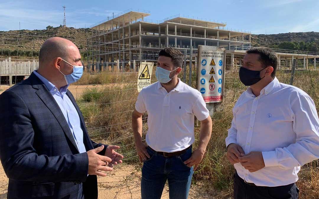 El portavoz del PP de Alcañiz, Nacho Carbó; y el concejal Miguel Ángel Estevan junto con el diputado autonómico Juan Carlos Gracia Suso / PP