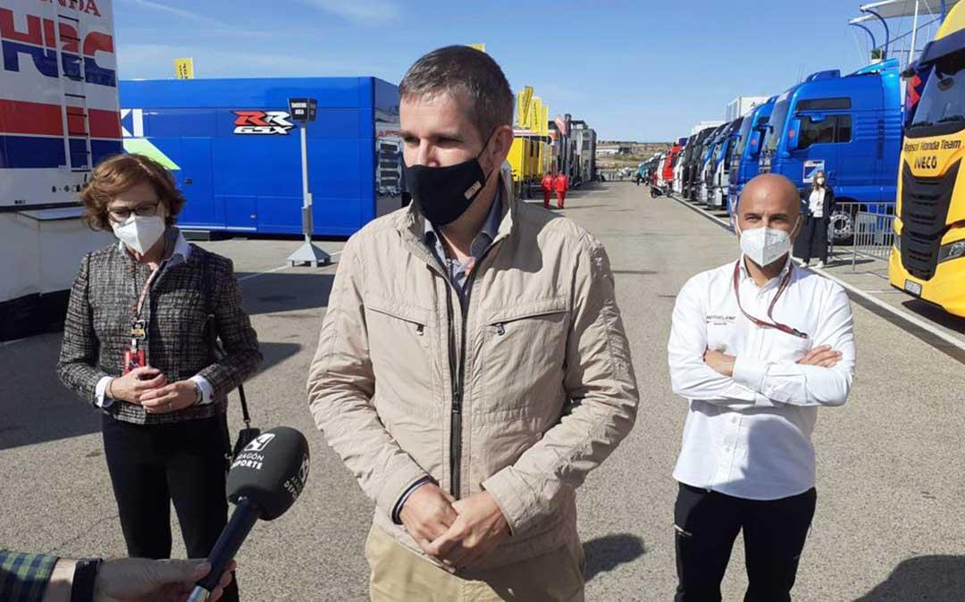 Ignacio Urquizu, alcalde de Alcañiz y vicepresidente de Motorland; junto a Santiago Abad, gerente; y Pilar Molinero, gerente del IAF y también miembro del Consejo de Administración de Motorland./ I.U.