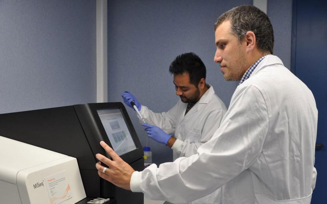 Iñaki Comas, durante un trabajo de laboratorio./ Heraldo